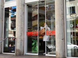 Automatisms for glass doors